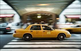 急いでいたので、タクシーで家に帰りました。